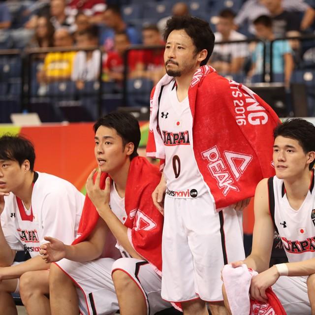 ベンチから大きな声で鼓舞する#0 田臥 勇太選手