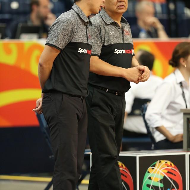 (左)佐藤 賢次アシスタントコーチとプレイを確認する(右)長谷川 健志ヘッドコーチ